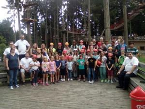 Kinder und Betreuer hatten gleichermaßen Spaß beim Klettern im Hochseilgarten.